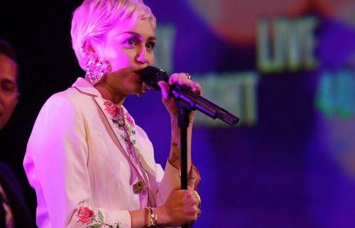 Miley-cyrus-snl-performansi-16022015145346
